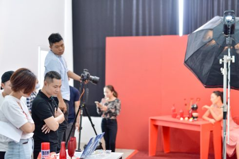 Dzũng Yoko làm việc tại buổi chụp