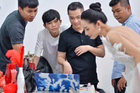 Dzũng Yoko cùng ekip xem lại những khung ảnh đã chụp