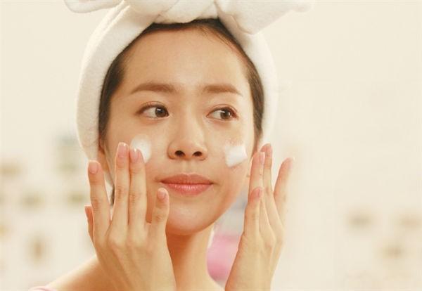 Tẩy da chết là vô cùng quan trọng, nhưng nó cũng khiến làn da bạn mỏng và yếu hơn, dễ chịu tác động bởi ánh nắng và sự thay đổi thời tiết