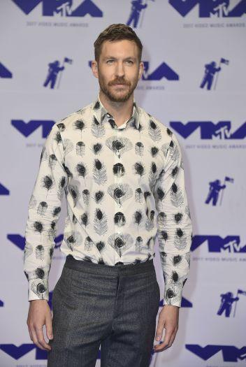 DJ điển trai Calvin Harri khác lạ với áo họa tiết và bộ râu quai nón