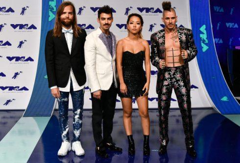 Nhóm nhạc DNCE vẫn vừa dị vừa thời trang