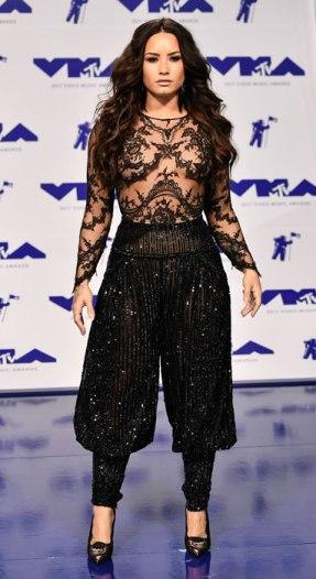 Demi Lovato ấn tượng với jumpsuit ánh kim có phần áo xuyên thấu