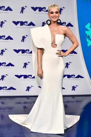 Host Katy Perry lộng lẫy với váy trắng cut-out quyến rũ