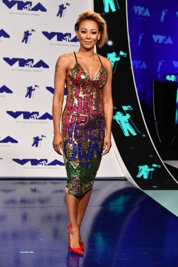 Một mẩu của Spice Girls - Mel B quyến rũ với đầm từ DI$COUNT UNIVER$E
