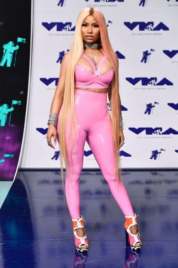 Nữ rapper Nicki Minaj đốt mắt với jumsuit màu hồng thương hiệu