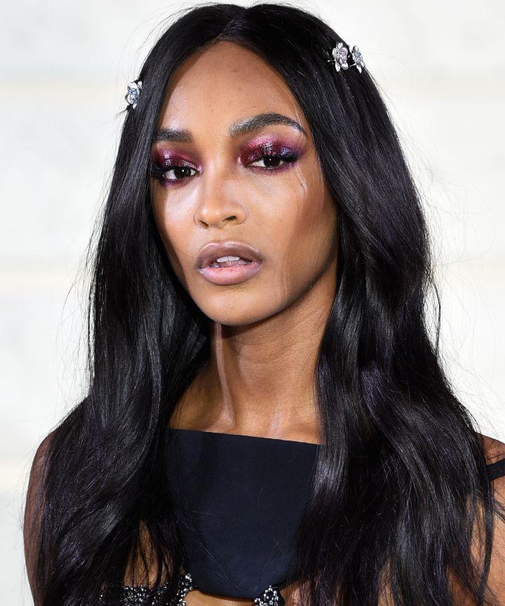 Màu mắt tím trong show trình diễn thời trang mùa thu La Perla's fall 2017 của Jourdan Dunn