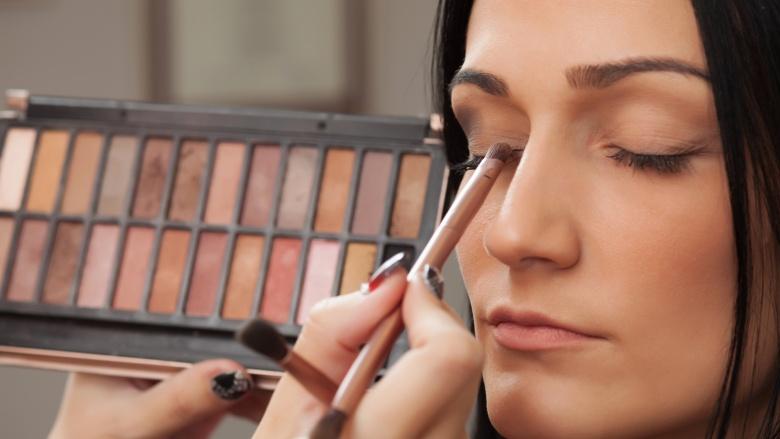 Cách lựa chọn phấn trang điểm giúp mắt của bạn trở nên nổi bật
