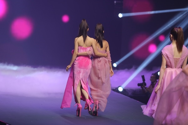 Chị em nhà Gigi Hadid và Bella Hadid diễn sâu trên sàn catwalk