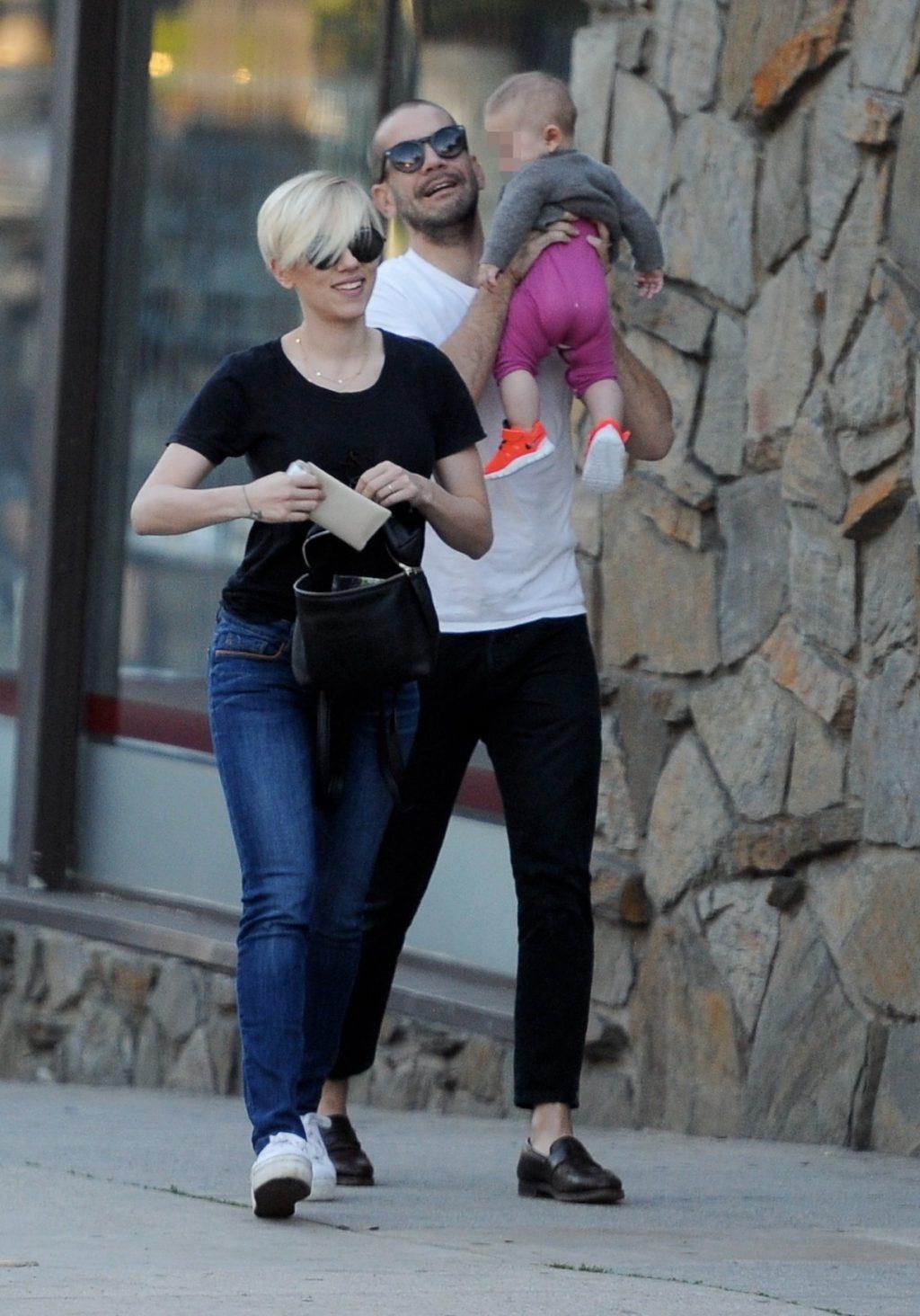 Scarlett cùng chồng và con