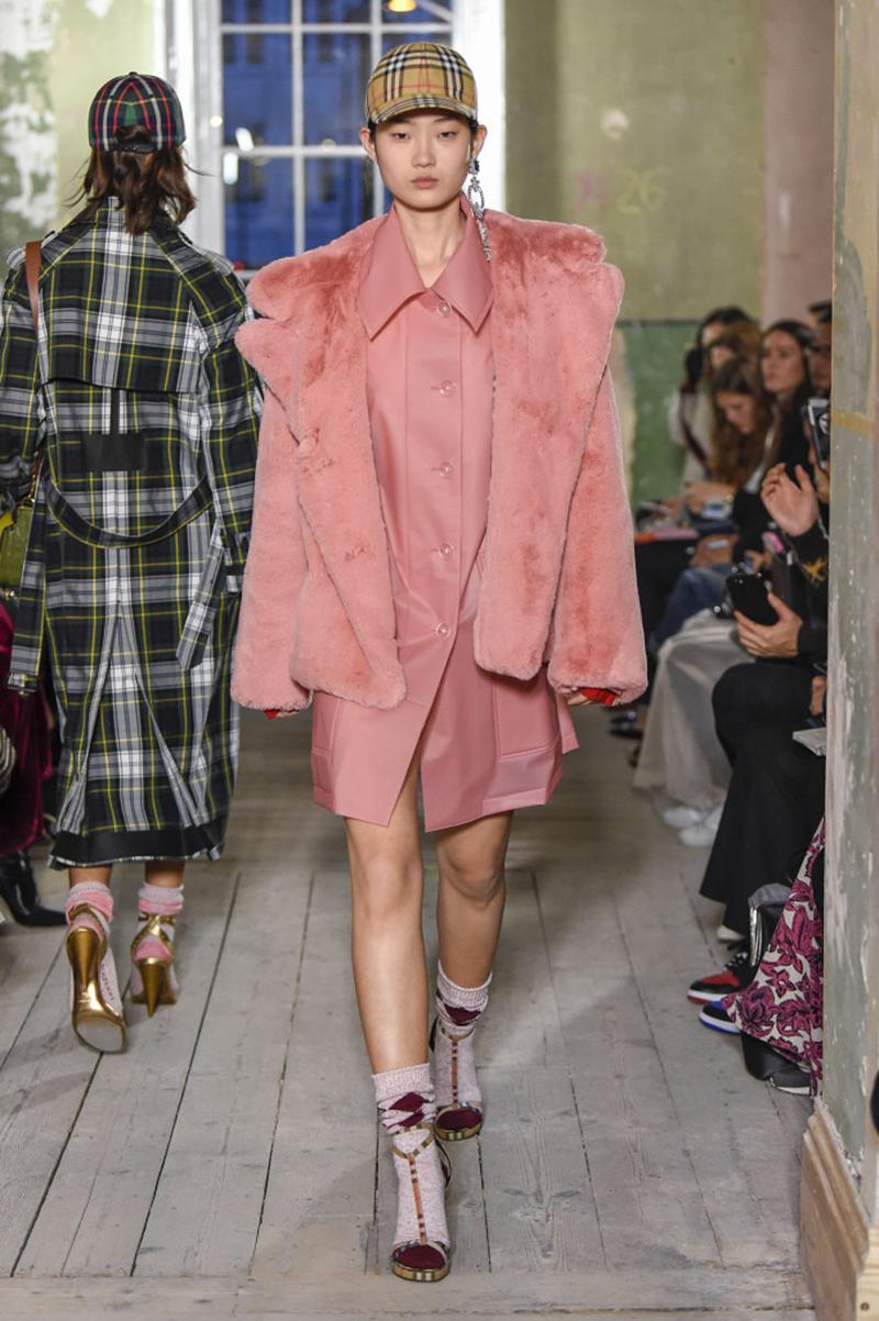 Biểu tình tại show của Burberry London Fashion Week 2018