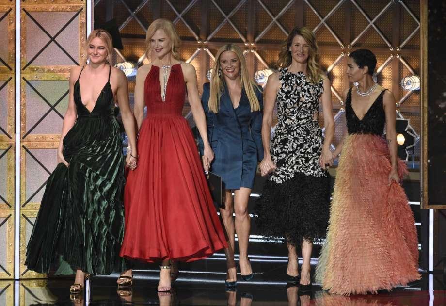 Trang phục thảm đỏ của Reese Witherspoon tại Emmy 2017 nói lên điều gì?