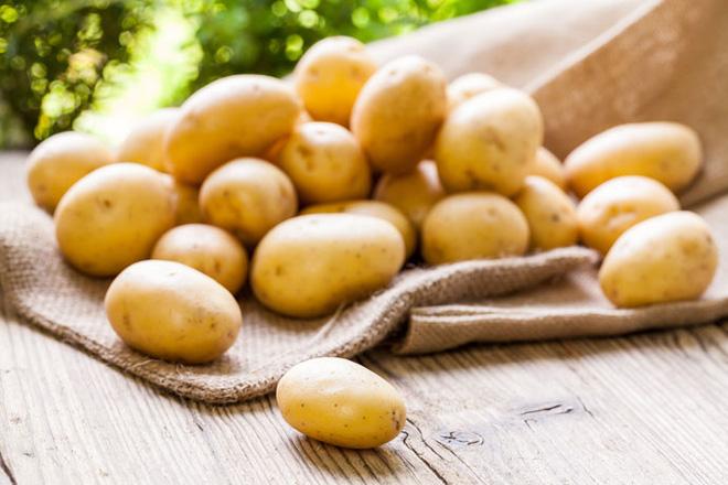 Trong khoai tây chứa nhiều ka li, vitamin C và khoáng chất giúp duy trình độ khỏe mạnh của tóc