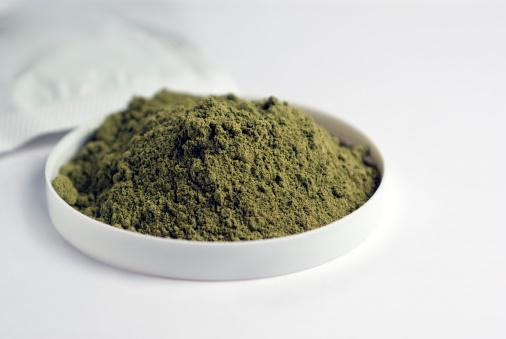 lá cây henna được xem là một loại màu tự nhiên có khả năng khiến tóc bạn trở nên bóng khỏe và óng ả hơn