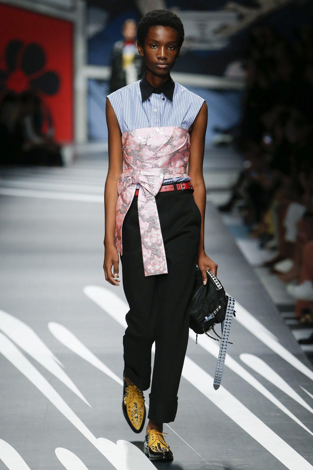 Prada Ready-to-wear Xuân 2018: Tính nữ được suy tôn bởi sự mạnh mẽ và náo nhiệt