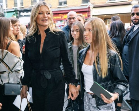 Street Style nổi bật của tín đồ thời trang tại London Fashion Week Xuân Hè 2018