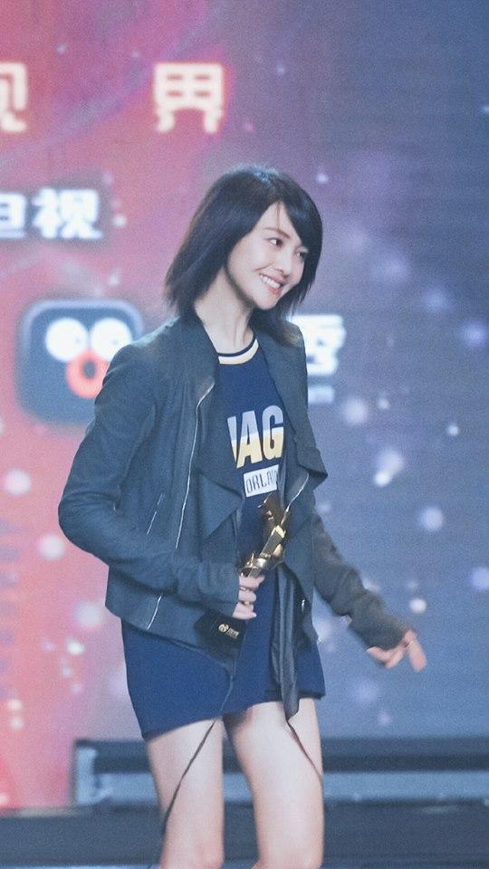 """Trịnh Sảng """"gây sốt"""" tại Lễ trao giải Influence Awards với 3 lần cúi đầu cảm ơn fan"""