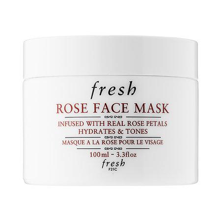 Bên cạnh việc dưỡng ẩm bằng những sản phẩm chăm sóc da chuyên sâu, bạn cũng có thể sử dụng các loại mặt nạ để cấp ẩm nhanh và làm dịu cho làn da của mình. Đắp mặt nạ cũng được xem là một trong những cách thư giãn tinh thần và làm đẹp hiệu quả mà bạn gái nên thường xuyên thực hiện