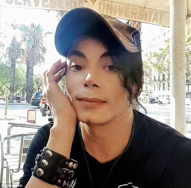 Người đàn ông trên thực chất là nam nhạc sĩ người Tây Ban Nha, người thường xuyên đóng giả Michael Jackson và có những chuyến lưu diễn thế giới