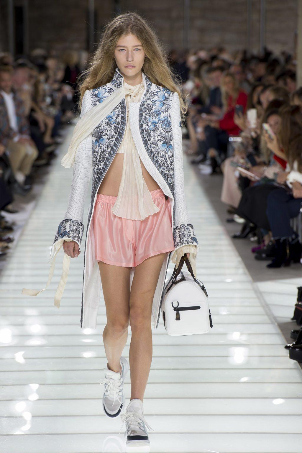 Bộ sưu tập Xuân-Hè Louis Vuitton 2018: Thời trang hoàng gia hồi sinh cùng cảm hứng đường phố