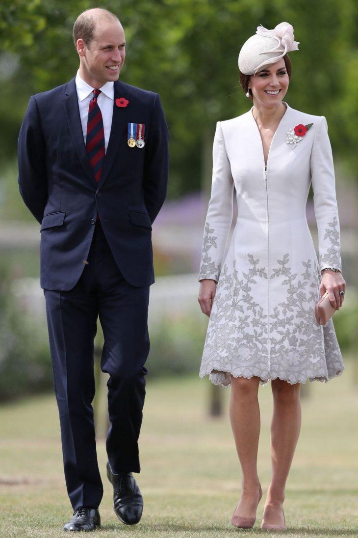 Lí do Hoàng tử Harry được thể hiện tình cảm với bạn gái, nhưng Hoàng tử William thì không - ELLE Việt Nam