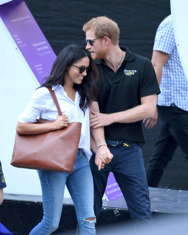 Lí do Hoàng tử Harry được phép thể hiện tình cảm với bạn gái, nhưng Hoàng tử William thì không - ELLE VN
