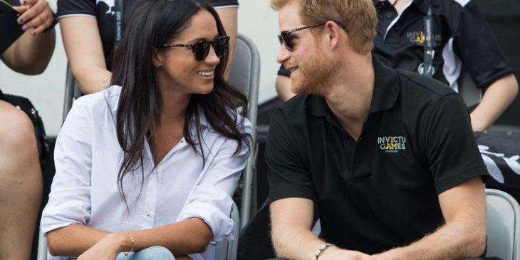 Lí do Hoàng tử Harry được phép thể hiện tình cảm với bạn gái, nhưng Hoàng tử William thì không.