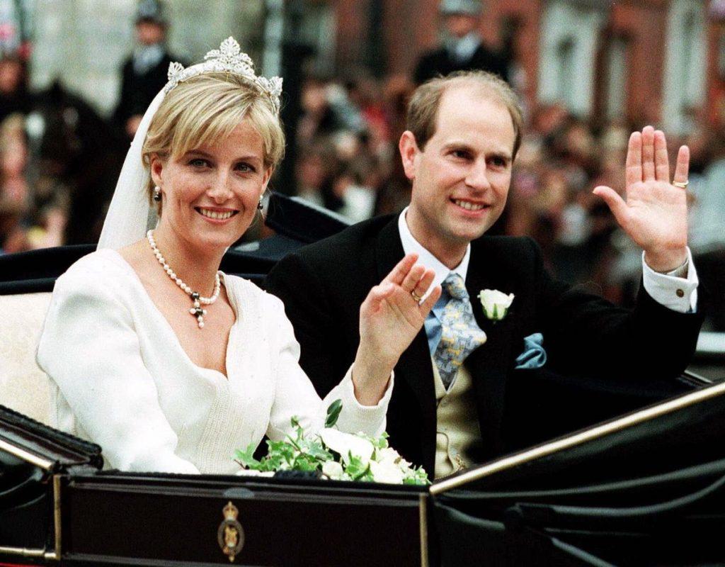 Các cặp đôi Hoàng Gia thông báo về lễ đính hôn của họ như thế nào?