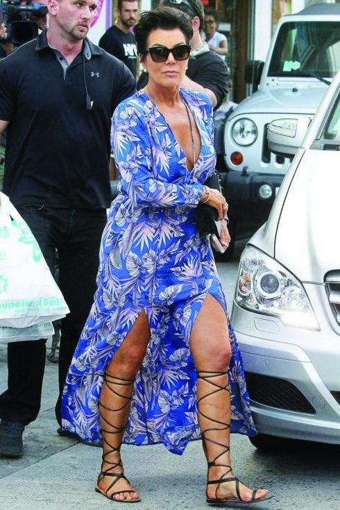 Phụ nữ ngoài 50 hãy ăn mặc sành điệu như Kris Jenner