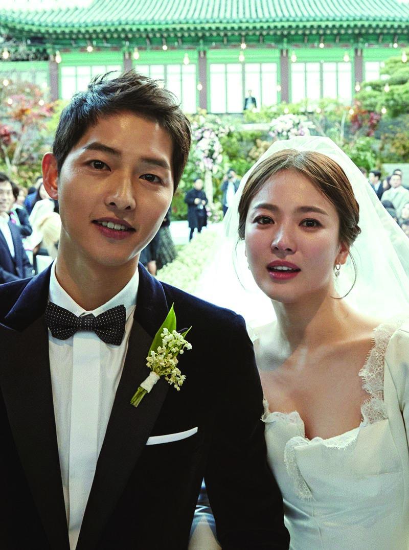 Xuýt xoa với quá trình làm nên chiếc đầm cưới Dior của Song Hye Kyo