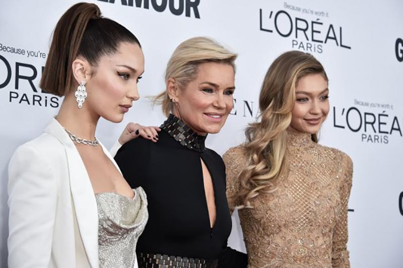 """Bella Hadid chung vui cùng chị gái Gigi Hadid khi được nhận giải thưởng """"Woman Of The Year"""""""