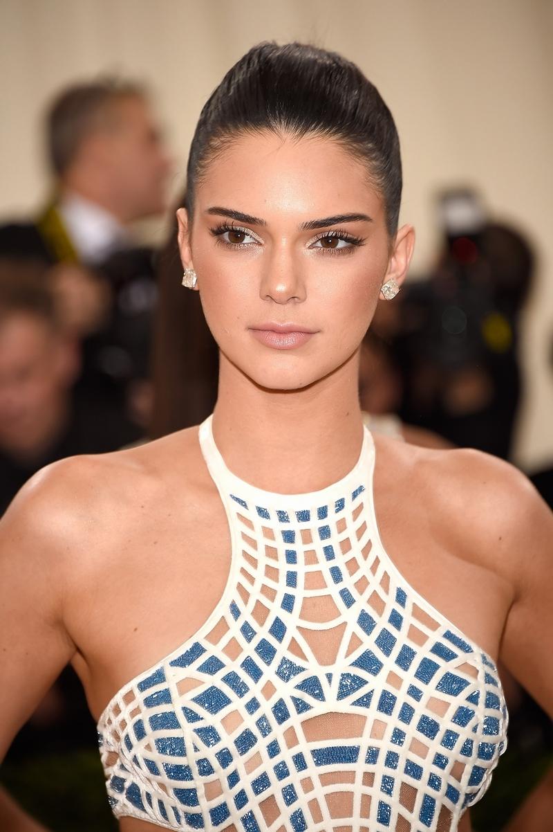 """Kendall Jenner vượt mặt đàn chị Gisele Bundchen trở thành siêu mẫu có thu nhập """"khủng"""" nhất thế giới"""