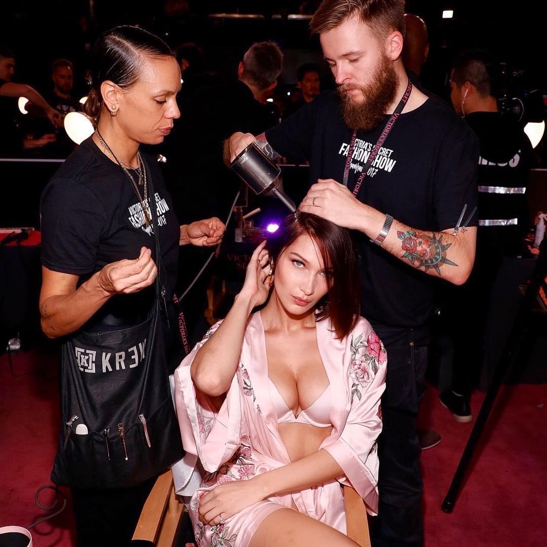 http://www.elle.vn/wp-content/uploads/2017/11/29/elle-viet-nam-GiGi-Hadid-ủng-hộ-em-gái-Bella-Hadid-sải-bước-trong-show-Victorias-Secret-Fashion-Show-2017-2.jpg