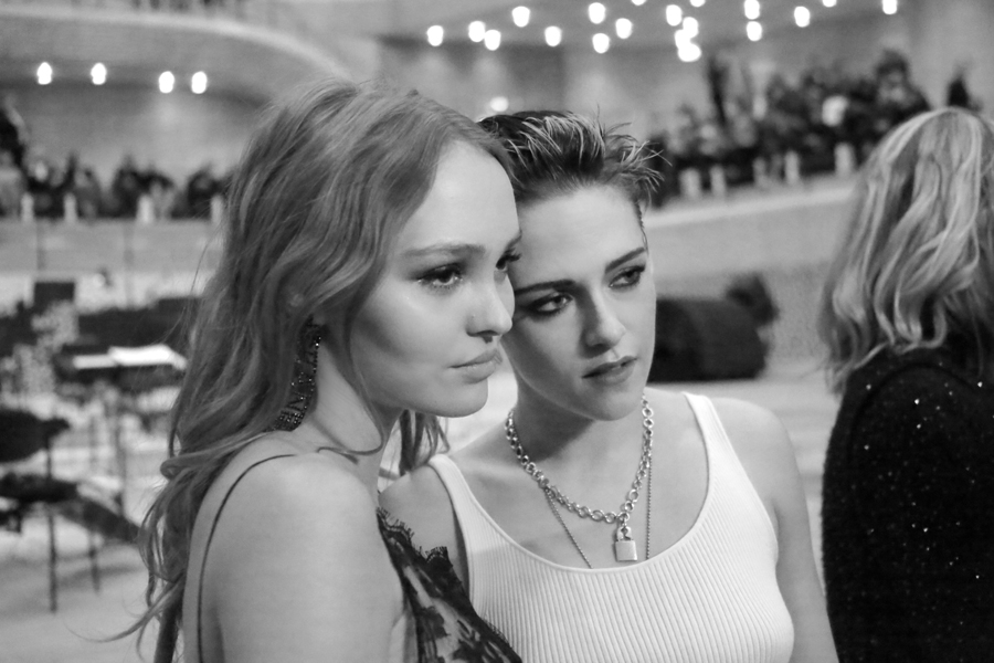 Kristen Stewart đọ sắc cùng Lily Rose Depp: Mỗi người một vẻ mười phân vẹn mười