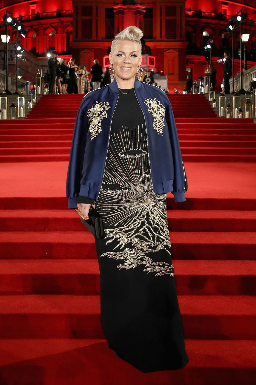 Selena Gomez, Karlie Kloss, Kaia Gerber, Irina Shayk... đọ sắc trên thảm đỏ của The Fashion Awards 2017