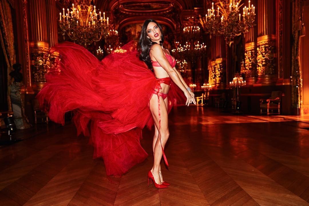 Adriana Lima cũng sẽ nối gót rời khỏi Victoria's Secret sau Alessandra Ambrosio?