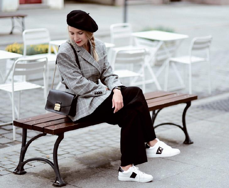 Mũ beret và tất lưới - Sự trở lại hoàn hảo