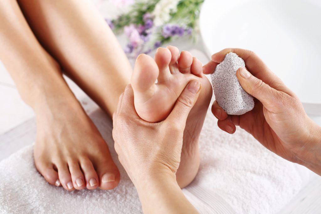 cách chữa da khô bàn chân nứt nẻ spa