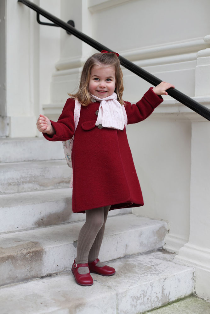 Công chúa Charlotte mặc áo khoác đỏ trong ngày đầu đến trường mẫu giáo