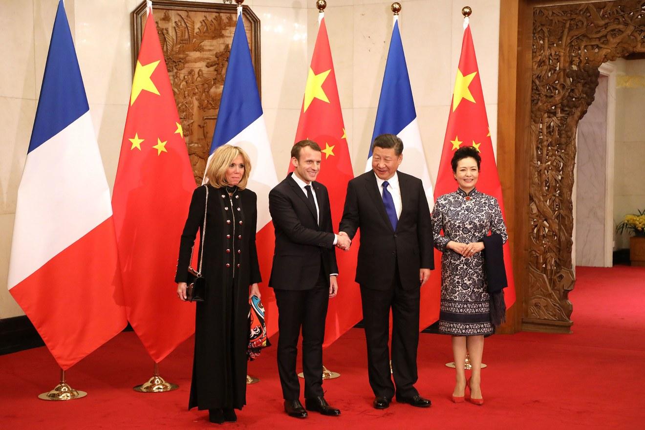 Phong cách thời trang thanh lịch của Phu nhân Tổng thống Pháp khi đến thăm Trung Quốc đầu năm 2018