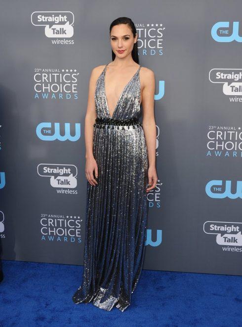Tạm biệt màu đen, Gal Gadot và nhiều minh tinh nữ tỏa sáng tại Critics Choice Awards