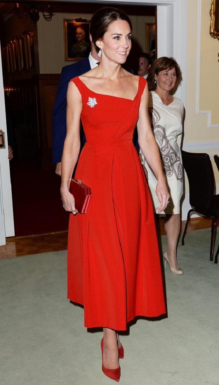 """8 lần diện đẹp chuẩn """"biên tập viên thời trang"""" của công nương Kate Middleton"""