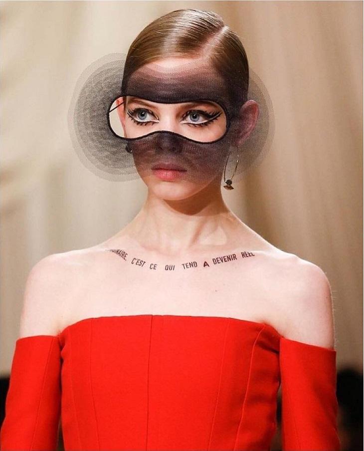 thương hiệu Dior lại lăng xê hình xăm slogan truyền cảm hứng? 1