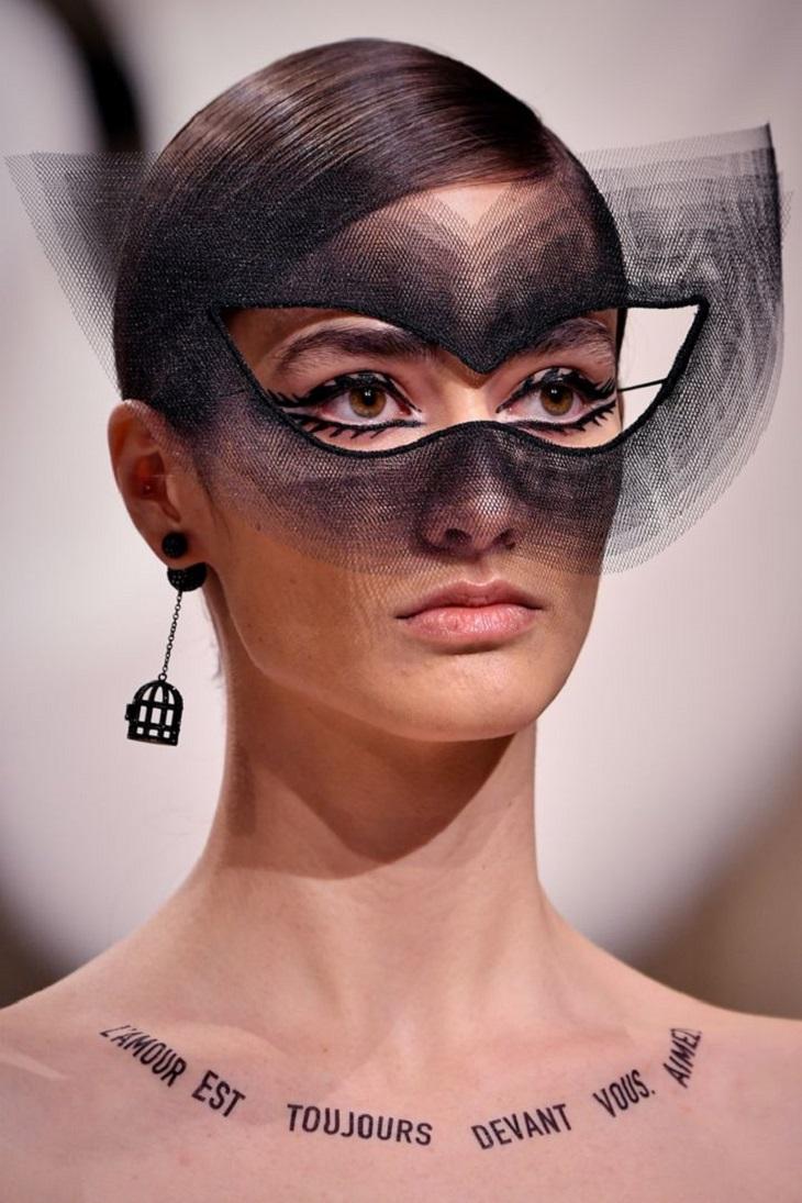 thương hiệu Dior lại lăng xê hình xăm slogan truyền cảm hứng? 6