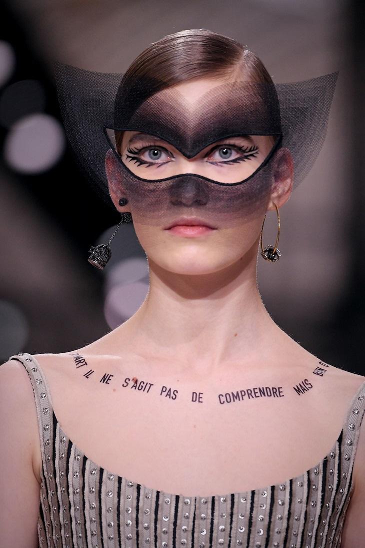 ELLE Việt Nam - Sau kỉ nguyên của những chiếc áo thun, Dior lại lăng xê hình xăm slogan truyền cảm hứng (5)