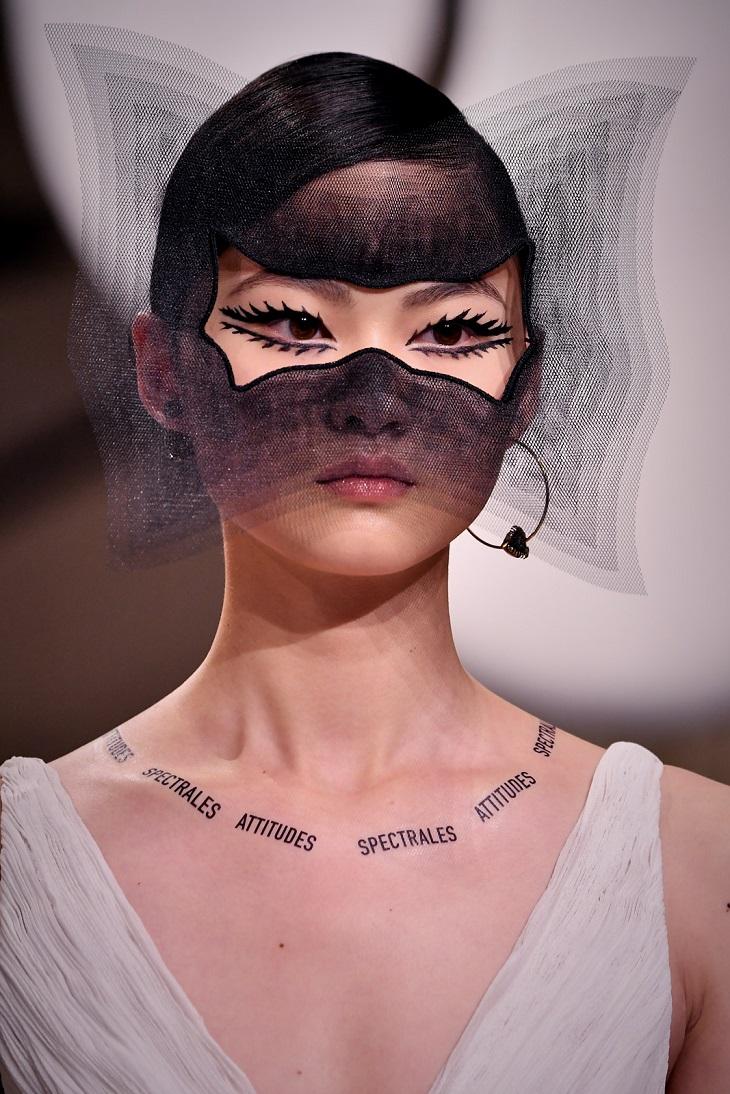 thương hiệu Dior lại lăng xê hình xăm slogan truyền cảm hứng? 3