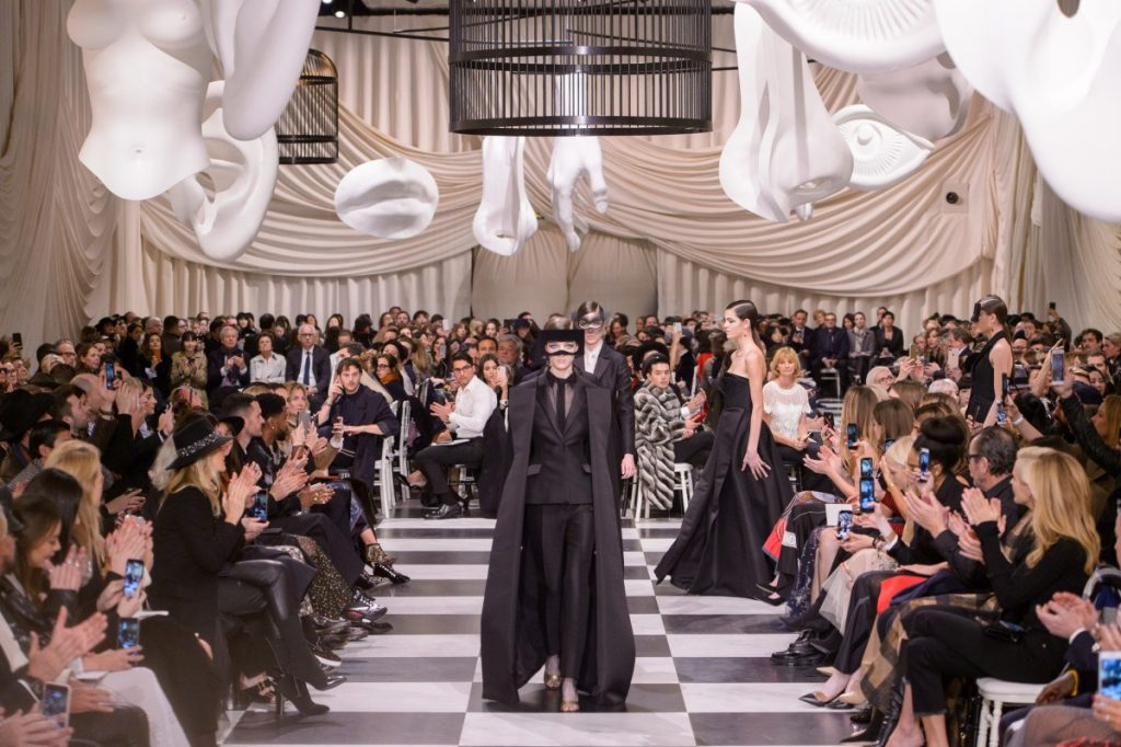 """Chuyên gia trang điểm Dior chia sẻ cách kẻ mắt đẹp và… """"dị"""""""
