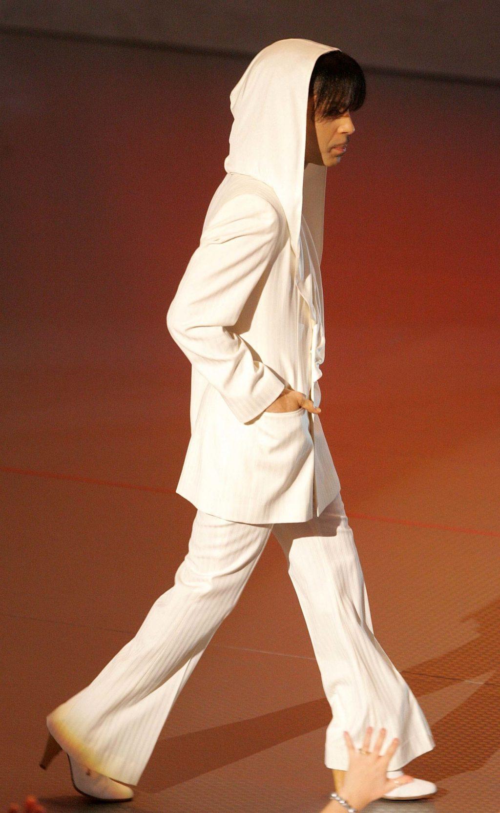 Giày cao gót là xu hướng thời trang mới mà cánh mày râu theo đuổi