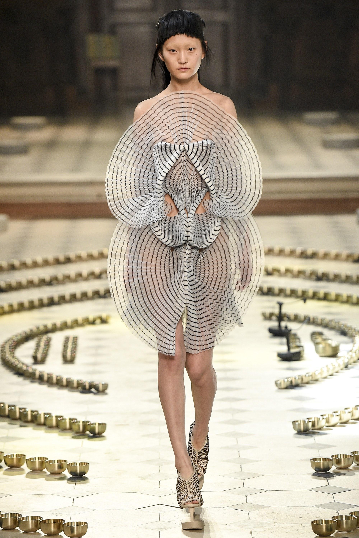 10 khoảnh khắc lịch sử Haute Couture 11