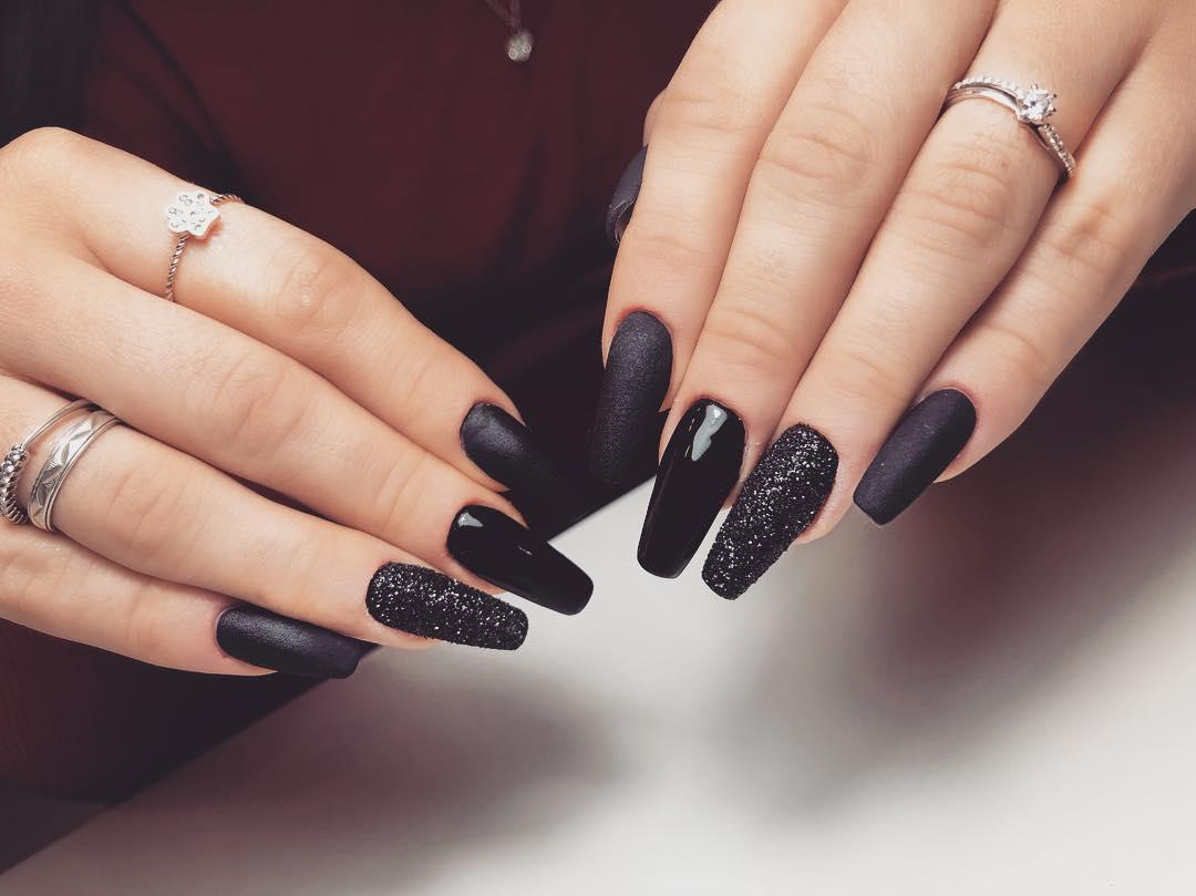 màu sơn móng tay đen thanh lịch 11