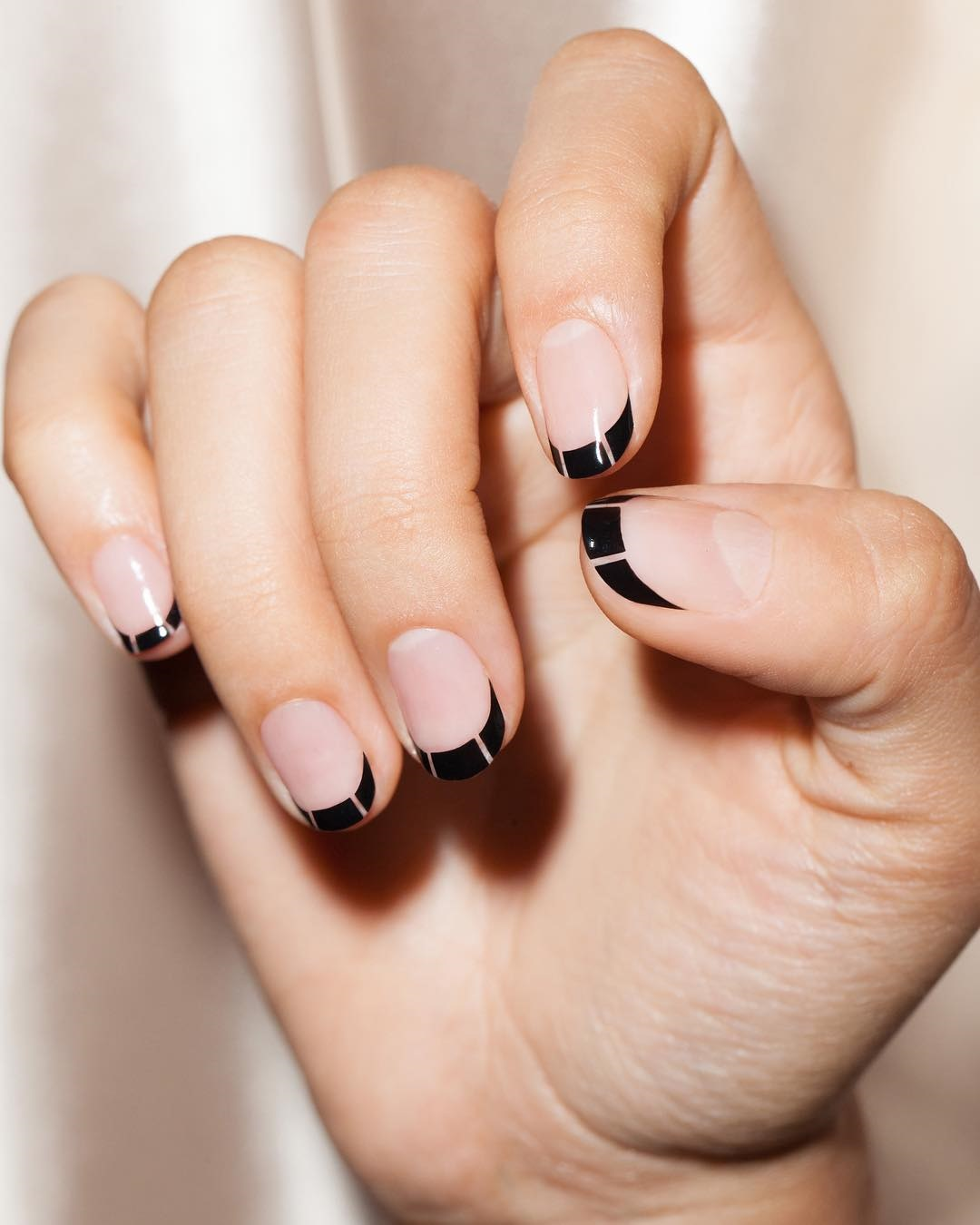 màu sơn móng tay đen thanh lịch